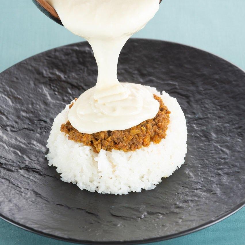 ≪店長オススメ!≫とろけるチーズの白いキーマカレー~温玉のせ~