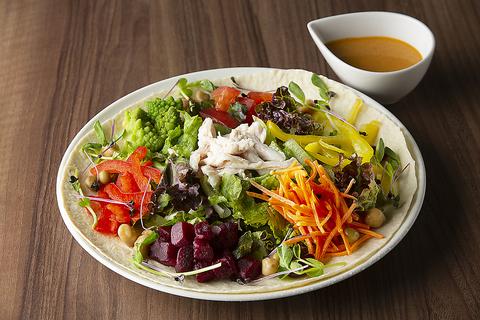 サラダチキンと彩り野菜のトルティーヤサラダ