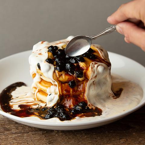 黒糖タピオカとたっぷり生クリームのパンケーキ