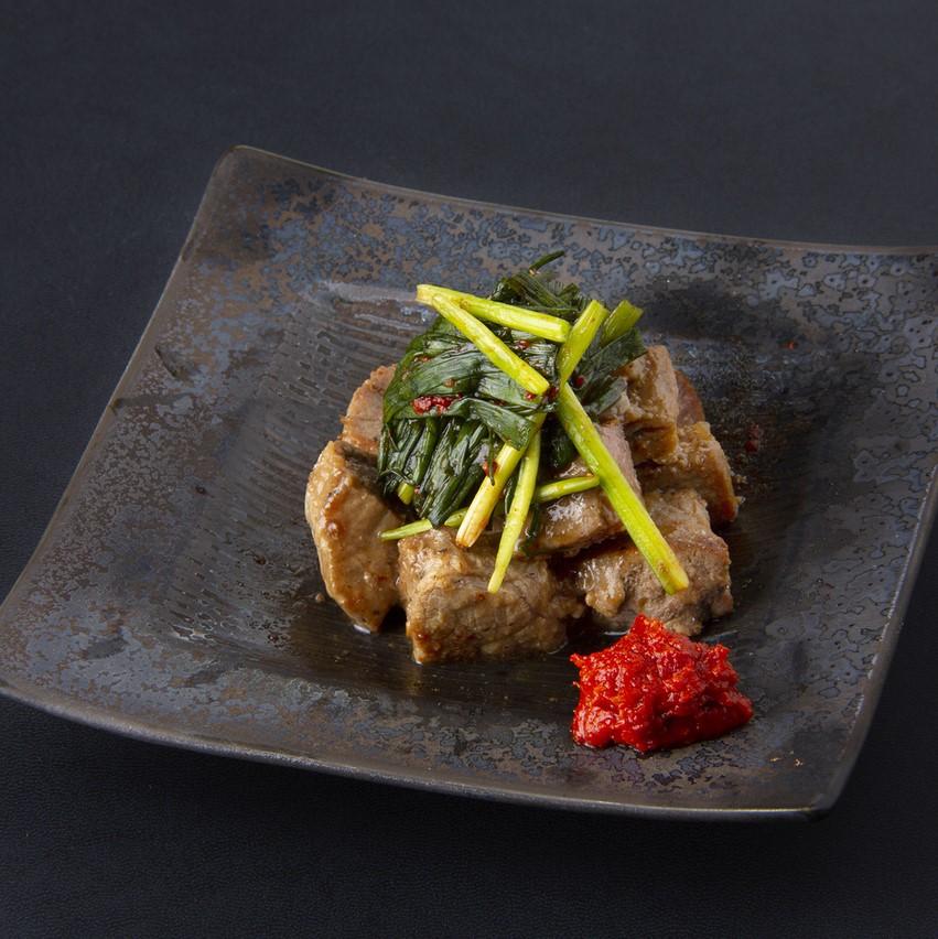 牛ロース角切焼き~韓国葱キムチのせ~